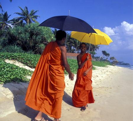 Asien, Indischer Ozean, Sri Lanka, eine Zwei Moenche Einem Traumstrand beim Kuestendorf Hikkaduwa an der Suedwestkueste von Sri Lanka. (URS FLUEELER) Standard-Bild - 29058242