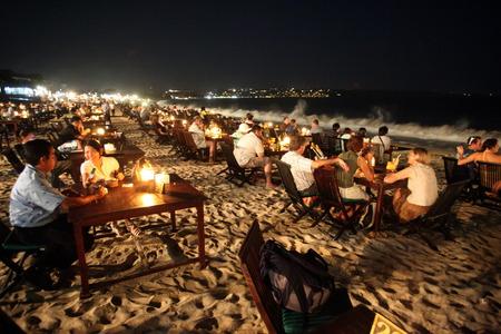 インドネシアのバリ島のバリ島のジンバラン ビーチで夜に魚料理のレストランと sueden します。