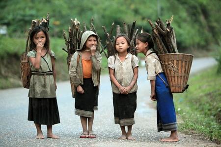 ヴァンヴィエンと東南アジア中央ラオス ラオスのルアンパバーン間国道 13 に Kasi 村付近の山の地域に田舎の人々 報道画像