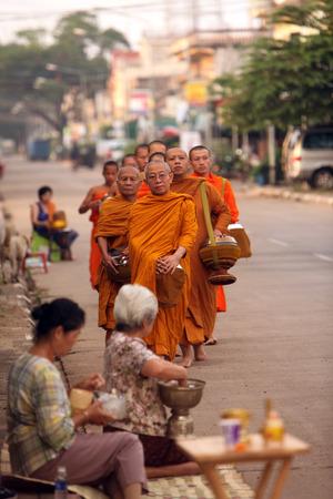 th�?¨: Monjes en su gira en la madrugada en frente del templo en la ciudad de Tha Khaek en el centro de Laos, en la frontera con Tailandia en el sudeste asi�tico Editorial