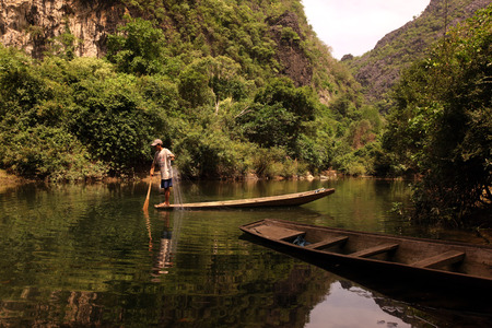 th�?¨: El paisaje en el Don o Don r�o Nam cerca del pueblo de Tham Tha Pa Fa Falang desde cerca del pueblo de Tha Khaek en el centro de Laos, en la frontera con Tailandia en el sudeste asi�tico Editorial