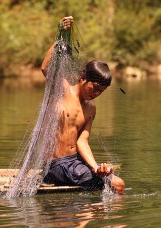 th�?¨: Un pescador en el pueblo de Tham Tha Pa Fa Falang desde cerca de la ciudad de Tha Khaek en el centro de Laos, en la frontera con Tailandia en el sudeste asi�tico en el campo en el Nam Don o r�o Don
