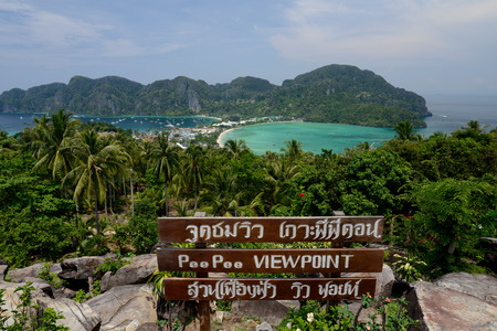 ferien: The view from the Viewpoint on the Town of Ko PhiPhi on Ko Phi Phi Island outside of the City of Krabi on the Andaman Sea in the south of Thailand.  Stock Photo