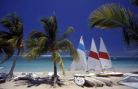 Ein Sandstrand an der ostkueste von Mauritius im Indischen Ozean. Standard-Bild - 31566860