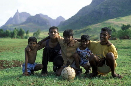 kinder: Kinder beim Spiel Fussball im Zentralen Gebierge der Insel Mauritius