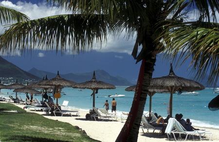 Ein Sandstrand an der Westkueste von Mauritius im Indischen Ozean. Standard-Bild - 31649806