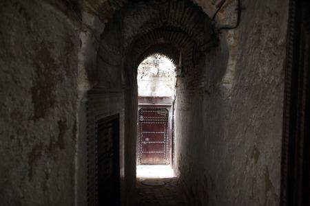 afrique du nord: un Marketroad Smal dans la m�dina de la vieille ville dans la ville historique de F�s, au Maroc, en Afrique du nord. Banque d'images