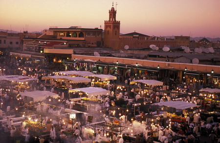afrika: The Streetfood and Nightlife at the Djemma del Fna Square in the old town of Marrakesh in Morocco in North Africa.