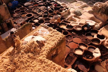 afrique du nord: La production de cuir dans la vieille ville dans la ville historique de F�s, au Maroc, en Afrique du nord. Editeur
