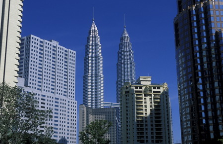 twin house: Die Petronas Twin Towers in der Hauptstadt Kuala Lumpur in Malaysia in Suedost Asien.