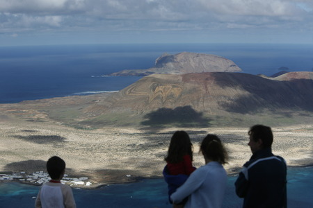 landschaft: The  Isla Graciosa from the Mirador del Rio viewpoint on the Island of Lanzarote on the Canary Islands of Spain in the Atlantic Ocean. on the Island of Lanzarote on the Canary Islands of Spain in the Atlantic Ocean.