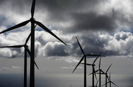 een power wind station op het eiland Lanzarote op de Canarische Eilanden van Spanje in de Atlantische Oceaan. op het eiland Lanzarote op de Canarische Eilanden van Spanje in de Atlantische Oceaan. Stockfoto