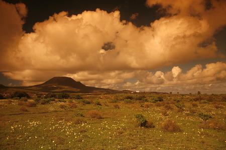 het landschap op het eiland Lanzarote op de Canarische Eilanden van Spanje in de Atlantische Oceaan. op het eiland Lanzarote op de Canarische Eilanden van Spanje in de Atlantische Oceaan.