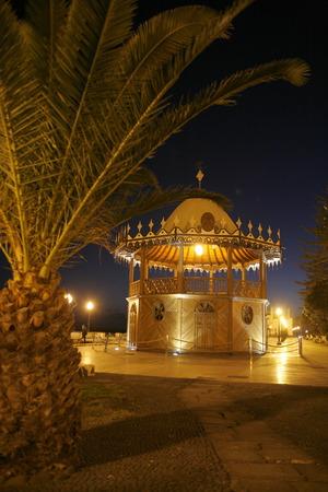 De promenade van de oude stad van de stad Arrecife op het eiland Lanzarote op de Canarische Eilanden van Spanje in de Atlantische Oceaan. op het eiland Lanzarote op de Canarische Eilanden van Spanje in de Atlantische Oceaan.