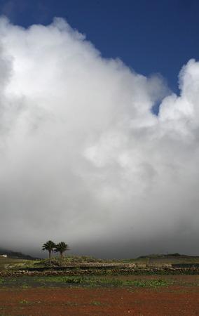 het landschap op het eiland Lanzarote op de Canarische eilanden van Spanje in de Atlantische Oceaan. op het eiland Lanzarote op de Canarische eilanden van Spanje in de Atlantische Oceaan. Stockfoto