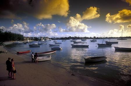 Ein Sandstrand an der Westkueste von Mauritius im Indischen Ozean. Standard-Bild - 31932343