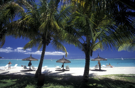 ferien: Ein Sandstrand an der Westkueste von Mauritius im Indischen Ozean.