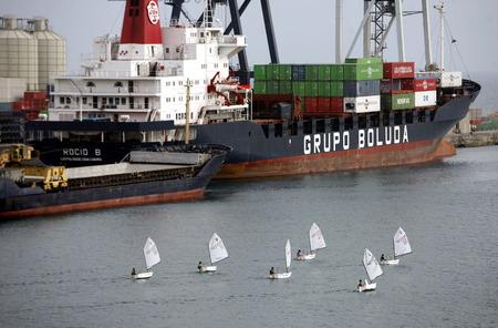 大西洋のスペインのカナリア島に島のフェルテベントゥラ島の都市プエルト ・ デル ・ ロザリオの港。 写真素材 - 32157185