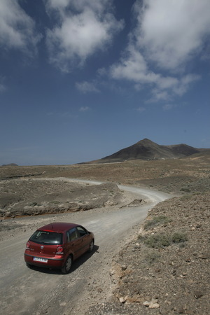 landschaft: The Road in the Jandia Natural Parc on the south of the Island Fuerteventura on the Canary island of Spain in the Atlantic Ocean. Editorial