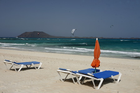landschaft: the Beach of  Corralejo on the Island Fuerteventura on the Canary island of Spain in the Atlantic Ocean.