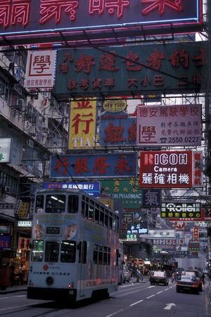 asien: Ein Doppeldecker Stadttram in der Nathan Road von Kowloon in der Metropole Hong Kong in Asien.