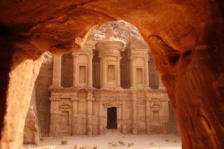 中東の Jordan のペトラの寺院都市の修道院。
