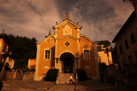 italien: The churche in the Fishingvillage of Orta on the Lake Orta in the Lombardia  in north Italy.  Stock Photo