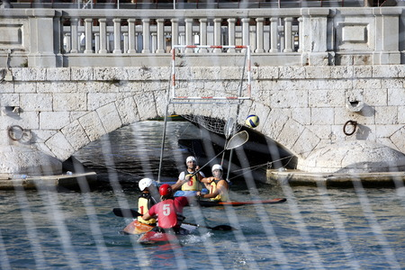 italien: a Water Kanu Ball Game in the Harbour in the old town of Siracusa in Sicily in south Italy in Europe.