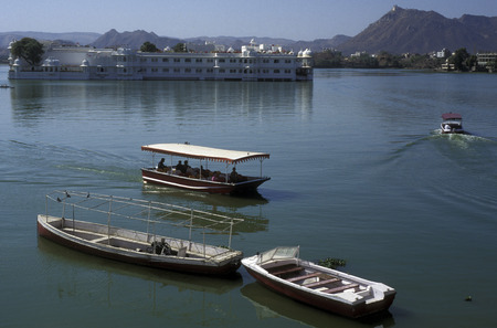 landschaft: the Lake with the Palace in the town of  Udaipur in Rajasthan in India.
