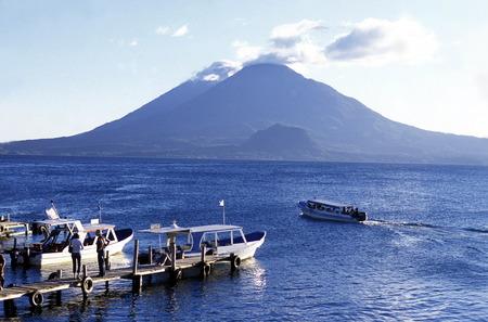 アティトラン湖 mit トリマン火山、中央アメリカのグアテマラでパナハチェルの町に戻ってのサン Pedro。