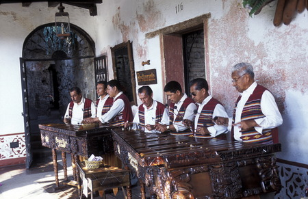 musik: A traditional Music Band plays in a Restaurant in the old city in the town of Antigua in Guatemala in central America. Editorial