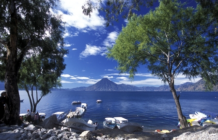 landschaft: The Lake Atitlan mit the Volcanos of Toliman and San Pedro in the back at the Town of Panajachel in Guatemala in central America.