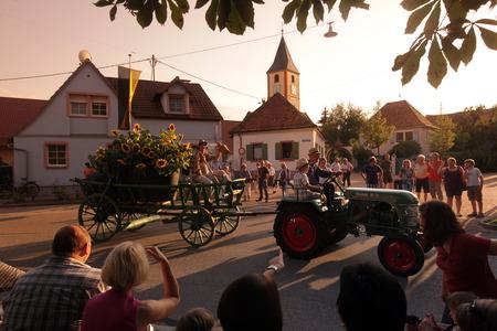 trachten: Das Winzerfest im Dorf Sasbach im Kaiserstuhl am Schwarzwald  im Sueden von Deutschland.