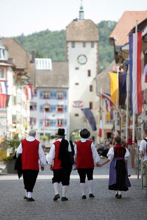 trachten: Der Umzug der Chilbi in Waldshut am Rhein im Schwarzwald  im Sueden von Deutschland. Editorial