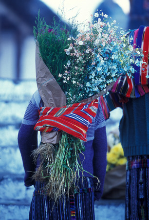 blumen: people in traditional clotes at the Market in the Village of  Chichi or Chichicastenango in Guatemala in central America.