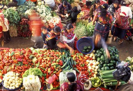 父の村の市場や中央アメリカのグアテマラ チチカステナンゴで伝統的な clotes の人。 報道画像