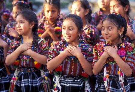 childer bij een dansschoen in de oude stad in de stad Antigua in Guatemala in Midden-Amerika.