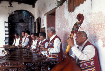 musik: a music band plays in a hotel in the old town in the city of Antigua in Guatemala in central America.