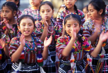 中央アメリカのグアテマラのアンティグア市に旧市街のダンス靴でれる childer。