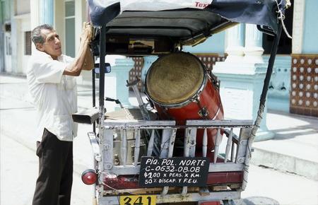 musik: a Salsa Music Band on the Parce Cespedes in the city of Santiago de Cuba on Cuba in the caribbean sea.