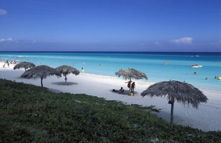 Ein Strand an der Küste von Varadero auf Kuba in der Karibik. Standard-Bild - 35731537