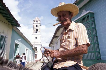カリブ海のキューバのトリニダの村の旧市街には男性。