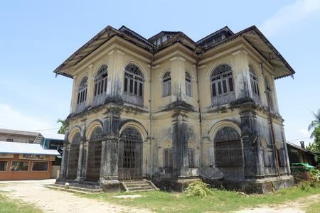 casa colonial: una casa colonial en la ciudad vieja de Myeik, en el sur de Myanmar en Southeastasia.