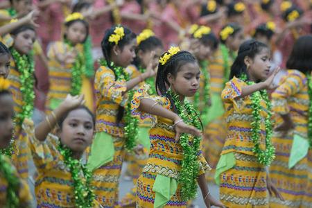 辻 Manamar のマンダレー市内中心部で、ミャンマーの新年の水祭りに伝統的なダンスの女の子。