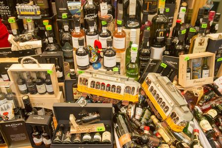 市場 Mercado でワイン ショップは、ヨーロッパで Porugal のポルトの市内中心部でボリャオンを行います。