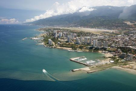 カラカス空港北ベネズエラのカラカスの海岸の街並み。