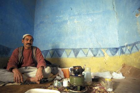 オアシスと lybian または北アフリカのエジプトの西部砂漠のシワの村の古い町の彼の家には男性 報道画像