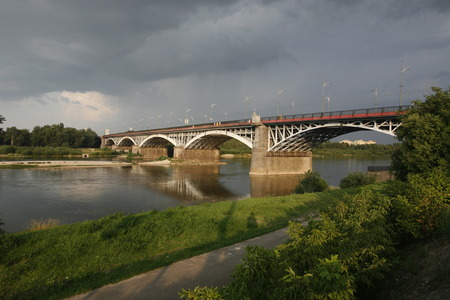 polen: A Bridge and the Wistla River in the City of Warsaw in Poland, East Europe.