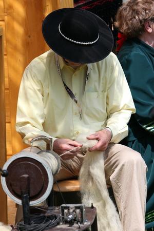 trabajo manual: trabajo manual tradicional en un festival tradicional popular en la ciudad de Cerveny Klastor en Eslovaquia en el este de Europa. Editorial