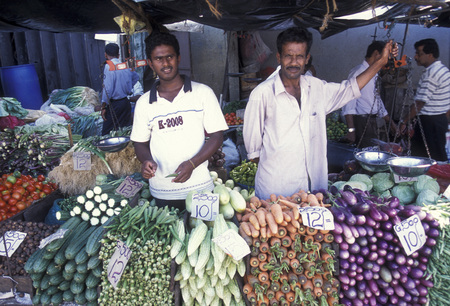 asien: the market in the town of Hikkaduwa in the southwest of Sri Lanka in Asien.